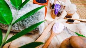 Lugar de bambu natural amigável da escova de dentes de Eco em placas de madeira e no dentífrico feitos do sal, do carvão vegetal  foto de stock