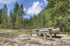 Lugar de descanso com cadeiras e a tabela de madeira imagem de stock