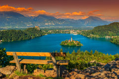 Lugar de descanso e panorama sangrado do lago, Eslovênia, Europa Foto de Stock