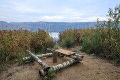 Lugar de descanso en el lago hecho de registros del abedul Fotos de archivo libres de regalías