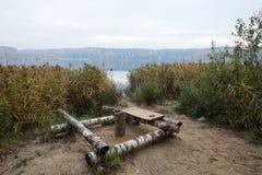 Lugar de descanso en el lago hecho de registros del abedul Fotografía de archivo libre de regalías