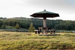 Lugar de descanso para viajantes, montagem Zlatibor, Sérvia imagem de stock