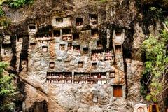 Lugar de enterramiento torajan viejo en Lemo, Tana Toraja El cementerio con los ataúdes colocados en cuevas Rantapao, Sulawesi, I Fotos de archivo
