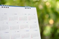Lugar de escritorio del calendario 2019 en el escritorio de oficina de madera con el fondo del boke Calendario para el calendario fotos de archivo libres de regalías