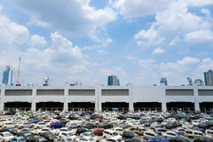 Lugar de estacionamento com o céu azul ensolarado Imagem de Stock