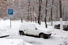 Lugar de estacionamento da cadeira de rodas Cancelado da neve Queda de neve pesada na cidade foto de stock royalty free