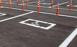 Lugar de estacionamento reservado para clientes deficientes Fotos de Stock Royalty Free