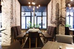 Lugar de jantar acolhedor na janela, fundo do restaurante Imagens de Stock