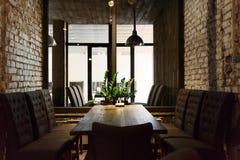 Lugar de jantar acolhedor na janela, fundo do restaurante Fotos de Stock