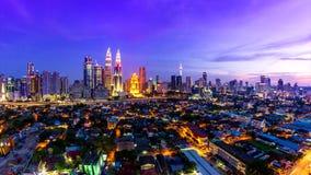 Lugar de Kuala Lumpur Cityscape Landmark Travel del día de Malasia 4K al lapso de la noche almacen de metraje de vídeo