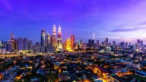 Lugar de Kuala Lumpur Cityscape Landmark Travel del día de Malasia 4K al lapso de la noche metrajes
