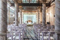 Lugar de la ceremonia de boda con la etapa y asientos para las huéspedes con diseño exótico en Bangkok, Tailandia Fotos de archivo