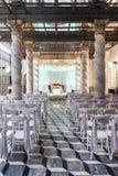 Lugar de la ceremonia de boda con la etapa y asientos para las huéspedes con diseño exótico en Bangkok, Tailandia Imágenes de archivo libres de regalías