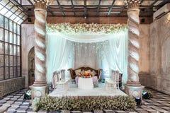 Lugar de la ceremonia de boda con la etapa y asientos para las huéspedes con diseño exótico en Bangkok, Tailandia Fotografía de archivo libre de regalías
