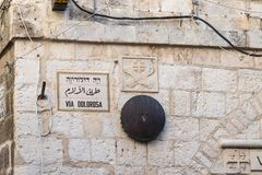 Lugar de la quinta parada de Jesus Christ en el camino a la ejecución en la calle de Via Dolorosa en la ciudad vieja de Jerusalén fotos de archivo libres de regalías