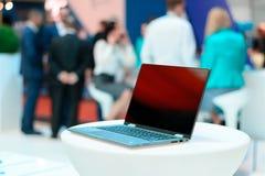 Lugar de la reunión de negocios Primer del lugar de trabajo cómodo en oficina moderna con la tabla y el ordenador portátil blanco Foto de archivo libre de regalías