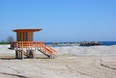 Lugar de madeira do salvamento na praia Imagens de Stock Royalty Free