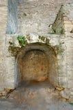 Lugar de piedra arqueado ahuecado en las paredes de piedra imagen de archivo libre de regalías
