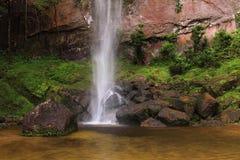 Lugar de relaxamento perto da cachoeira e da parede de pedra natural Imagem de Stock