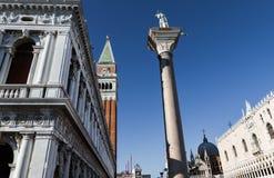 Lugar de San Marco com campanile e o céu azul Fotos de Stock
