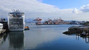 Lugar de Timelapse Canadá em Vancôver, Columbia Britânica com navio de cruzeiros 4K filme