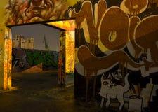 Lugar de trabajo abandonado con la pintada Imagen de archivo