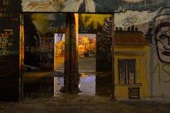 Lugar de trabajo abandonado con la pintada Fotos de archivo