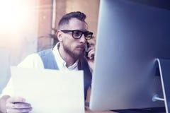 Lugar de trabajo barbudo de la estrategia de Thinking Startup Business del hombre de negocios Hombre que usa la tenencia del soci Fotografía de archivo