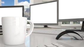 Lugar de trabajo blanco con los ordenadores en un escritorio imágenes de archivo libres de regalías