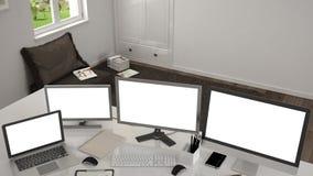 Lugar de trabajo blanco con los ordenadores en un escritorio foto de archivo libre de regalías