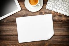 Lugar de trabajo con el café, papel, PC digital de la tableta Escritorio de oficina imágenes de archivo libres de regalías