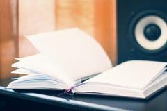 Lugar de trabajo con el cuaderno o el libro en el anillo - fondo de la columna de los sonidos Foto de archivo libre de regalías