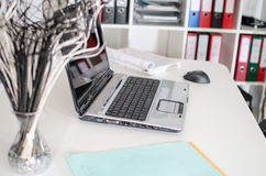 Lugar de trabajo con el ordenador portátil Fotografía de archivo libre de regalías