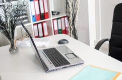 Lugar de trabajo con el ordenador portátil Foto de archivo libre de regalías