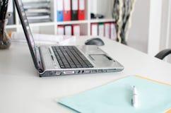 Lugar de trabajo con el ordenador portátil Foto de archivo