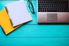 Lugar de trabajo con el ordenador y los cuadernos con el espacio de la copia Visión superior Fotos de archivo