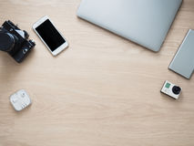 Lugar de trabajo con la cámara de la foto y smartphone y teléfono Imagen de archivo libre de regalías
