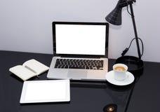 Lugar de trabajo con la computadora portátil y la tablilla Fotografía de archivo libre de regalías