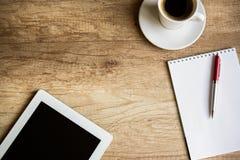 Lugar de trabajo con la tablilla en blanco de Digitaces Foto de archivo libre de regalías