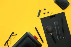 Lugar de trabajo con los artículos de la oficina y los elementos del negocio en un escritorio con Imagenes de archivo