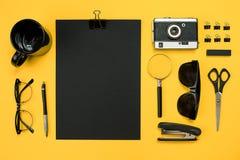 Lugar de trabajo con los artículos de la oficina y los elementos del negocio en un escritorio con Imágenes de archivo libres de regalías