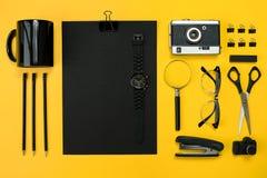 Lugar de trabajo con los artículos de la oficina y los elementos del negocio en un escritorio con Imagen de archivo libre de regalías