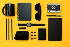 Lugar de trabajo con los artículos de la oficina y los elementos del negocio en un escritorio con Fotografía de archivo