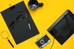 Lugar de trabajo con los artículos de la oficina y los elementos del negocio en un escritorio con Fotografía de archivo libre de regalías