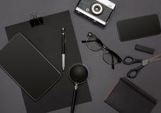 Lugar de trabajo con los artículos de la oficina y los elementos del negocio en un escritorio Concepto para calificar Visión supe Fotografía de archivo