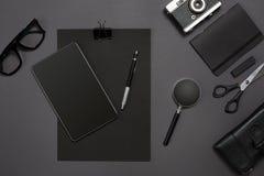 Lugar de trabajo con los artículos de la oficina y los elementos del negocio en un escritorio Concepto para calificar Visión supe Fotografía de archivo libre de regalías