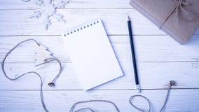 Lugar de trabajo con un diario, las decoraciones y los regalos Lista o del ` s del Año Nuevo imágenes de archivo libres de regalías