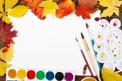 Lugar de trabajo de la hoja de papel del artista, pinturas, paleta, cepillos ilustración del vector