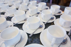 Lugar de trabajo de la mañana: taza de café y de objetos comerciales Foto de archivo libre de regalías