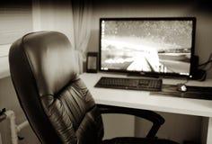 Lugar de trabajo de la oficina con el monitor de computadora y el contexto de la silla Foto de archivo libre de regalías